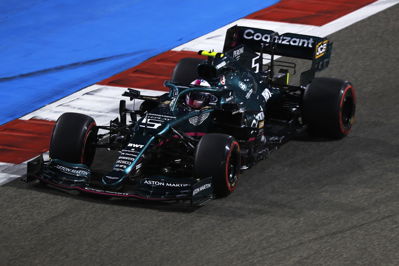 F1: Vettelt megbüntették, változik a bahreini rajtsorrend
