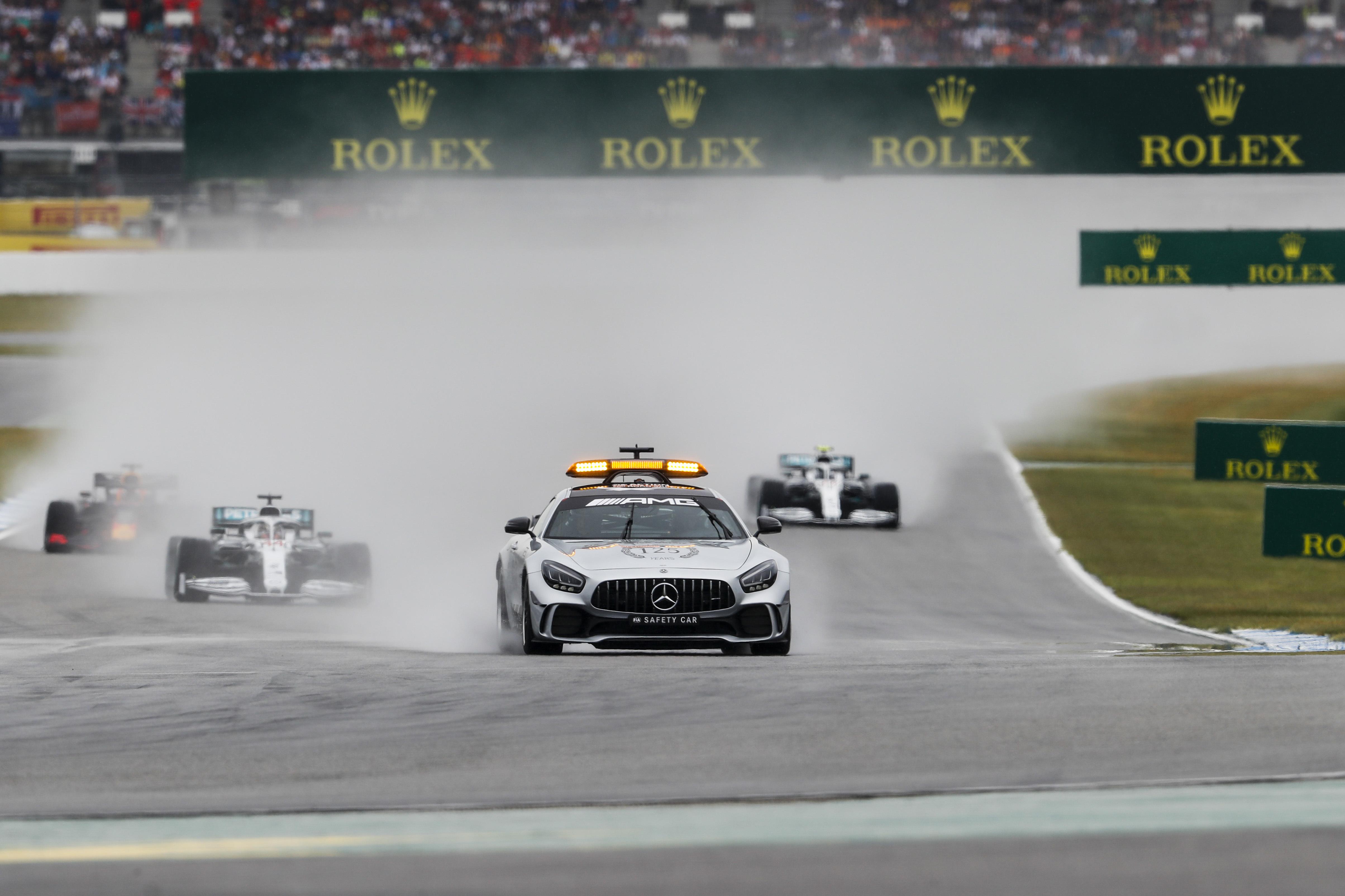 Masszívabb autók és színes lámpák jöhetnek az F1-ben