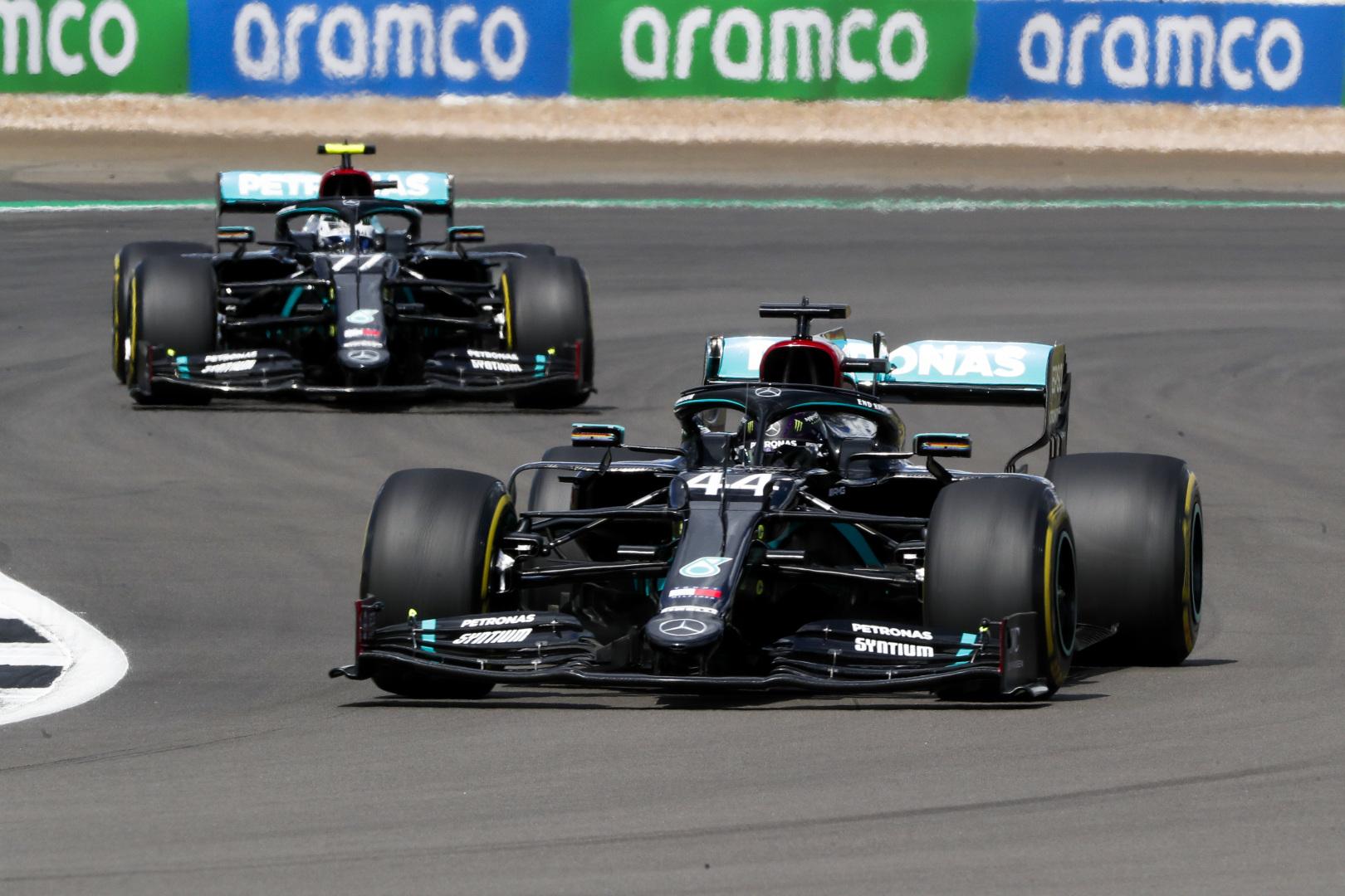 F1: Drámai végjáték, defektes autóval nyert Hamilton Silverstone-ban
