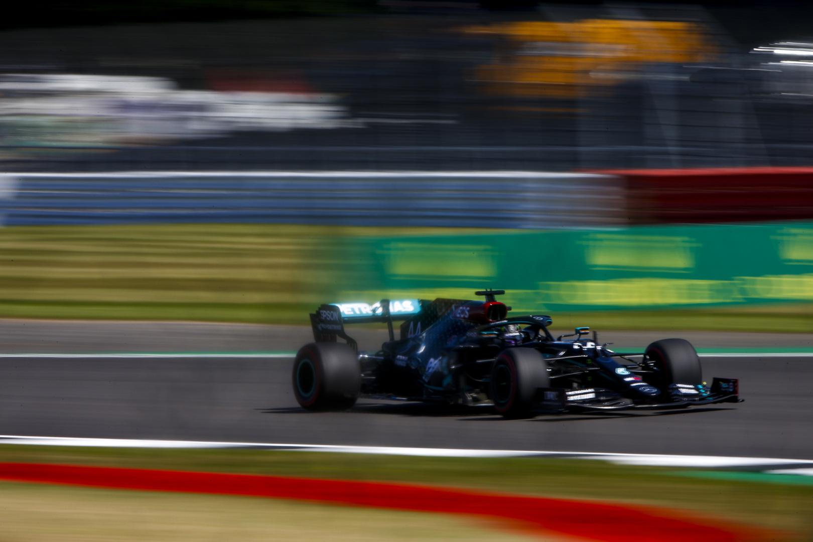 F1: Hamilton átvette a vezetést hazai pályán, gondok a Ferrarinál
