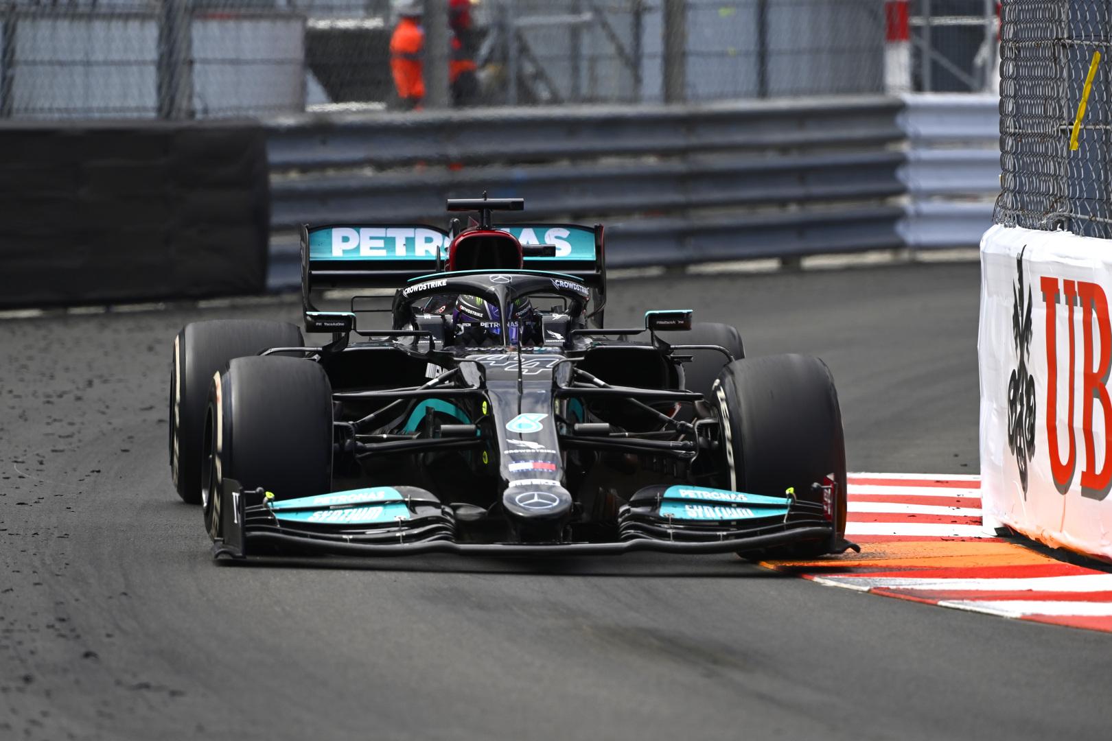 F1: Még mindig áll a bál, fenyegetőzik a Mercedes