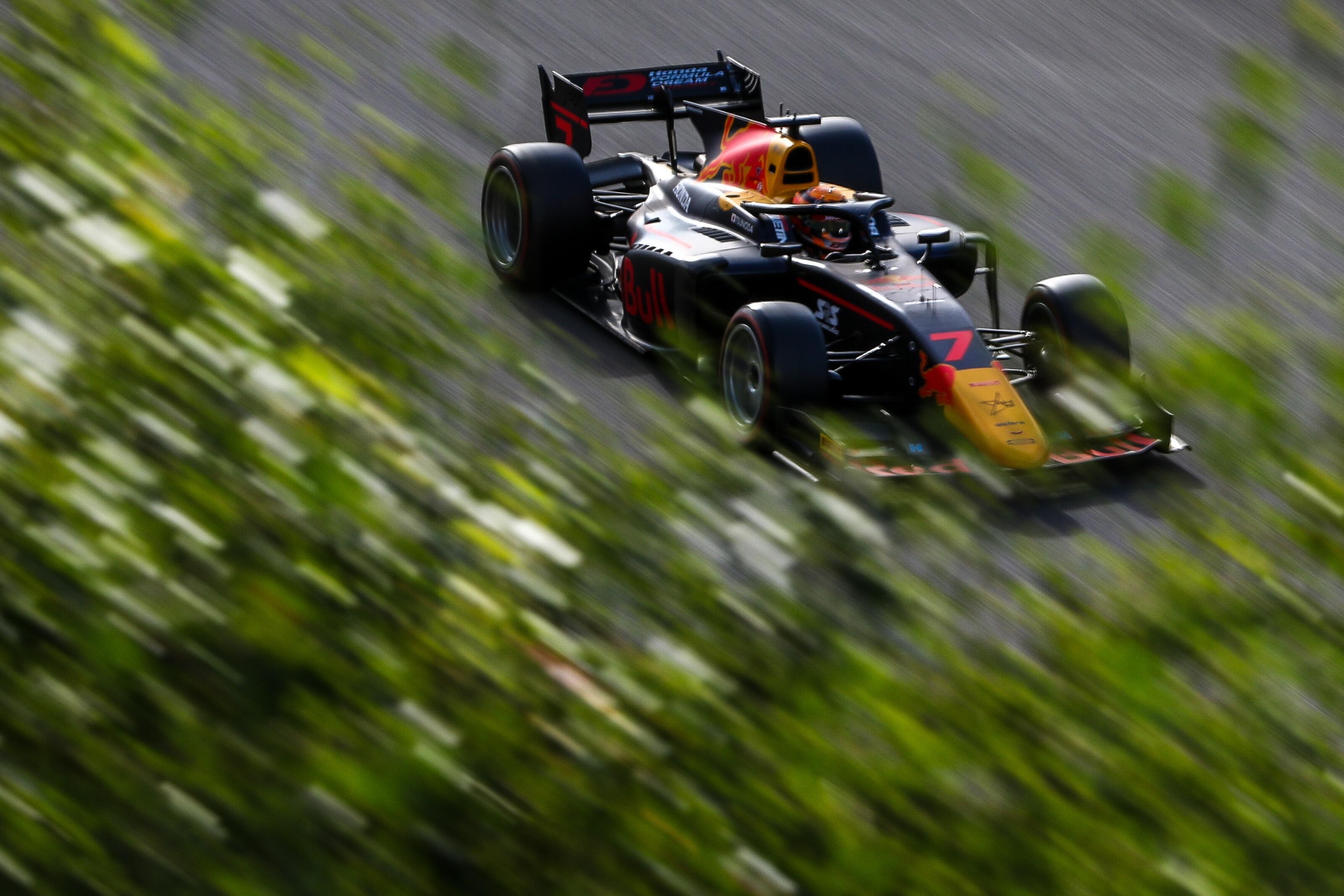 F2: A Honda reménysége a pole-ban, a bajnoki éllovas a darálóban