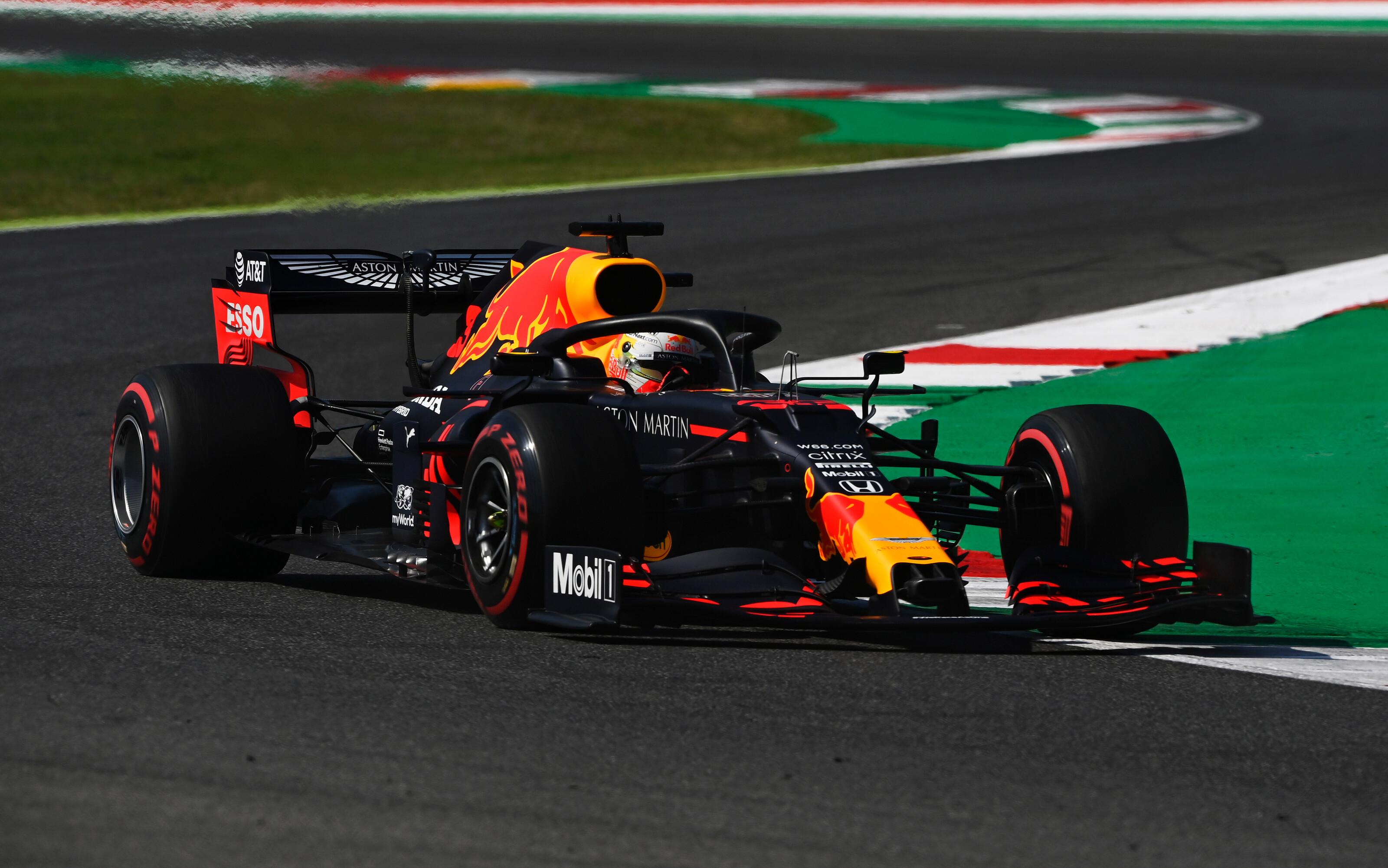 F1: Verstappen a piros zászlókkal tűzdelt második edzésen is tartotta a lépést a Mercedesekkel