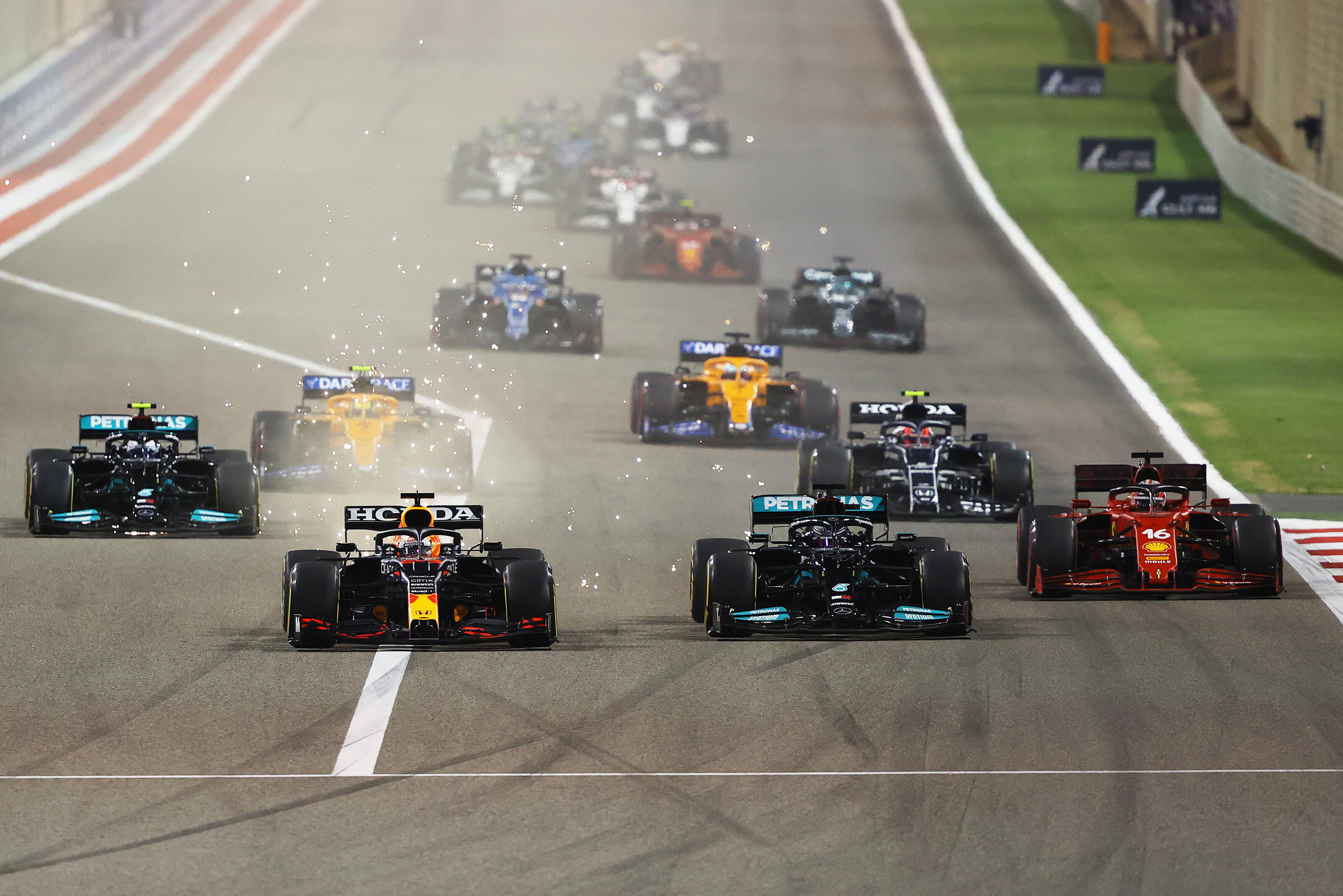 F1: Hamilton 29-szer hagyta el a pályát, Verstappen csak egyszer, mégis utóbbi volt szabálytalan