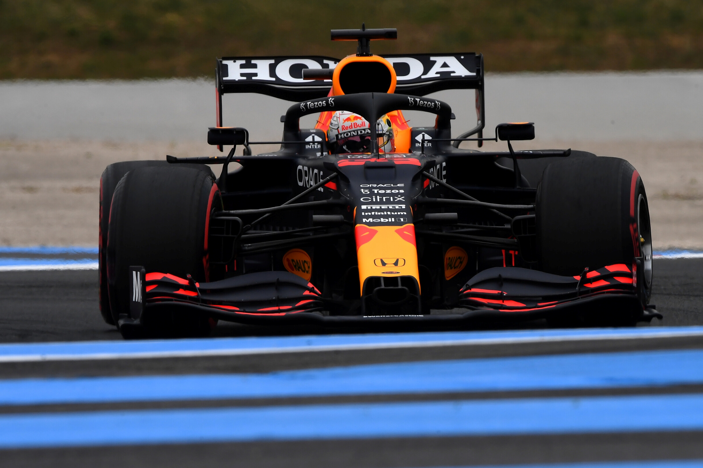 F1: Verstappen elverte a Mercedeseket, az élről indul