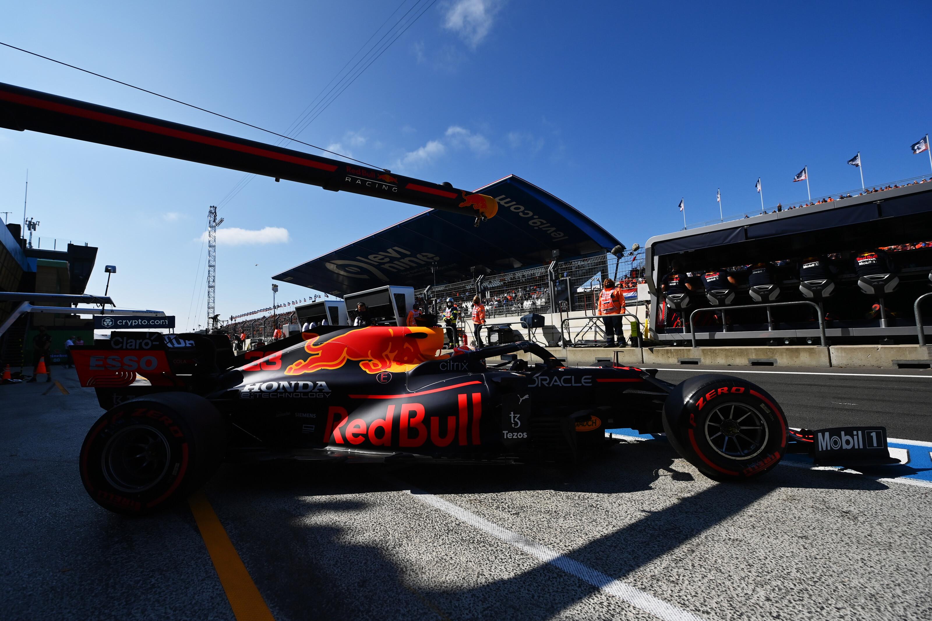 F1: Verstappen dominált az időmérő előtt, Sainz autót tört