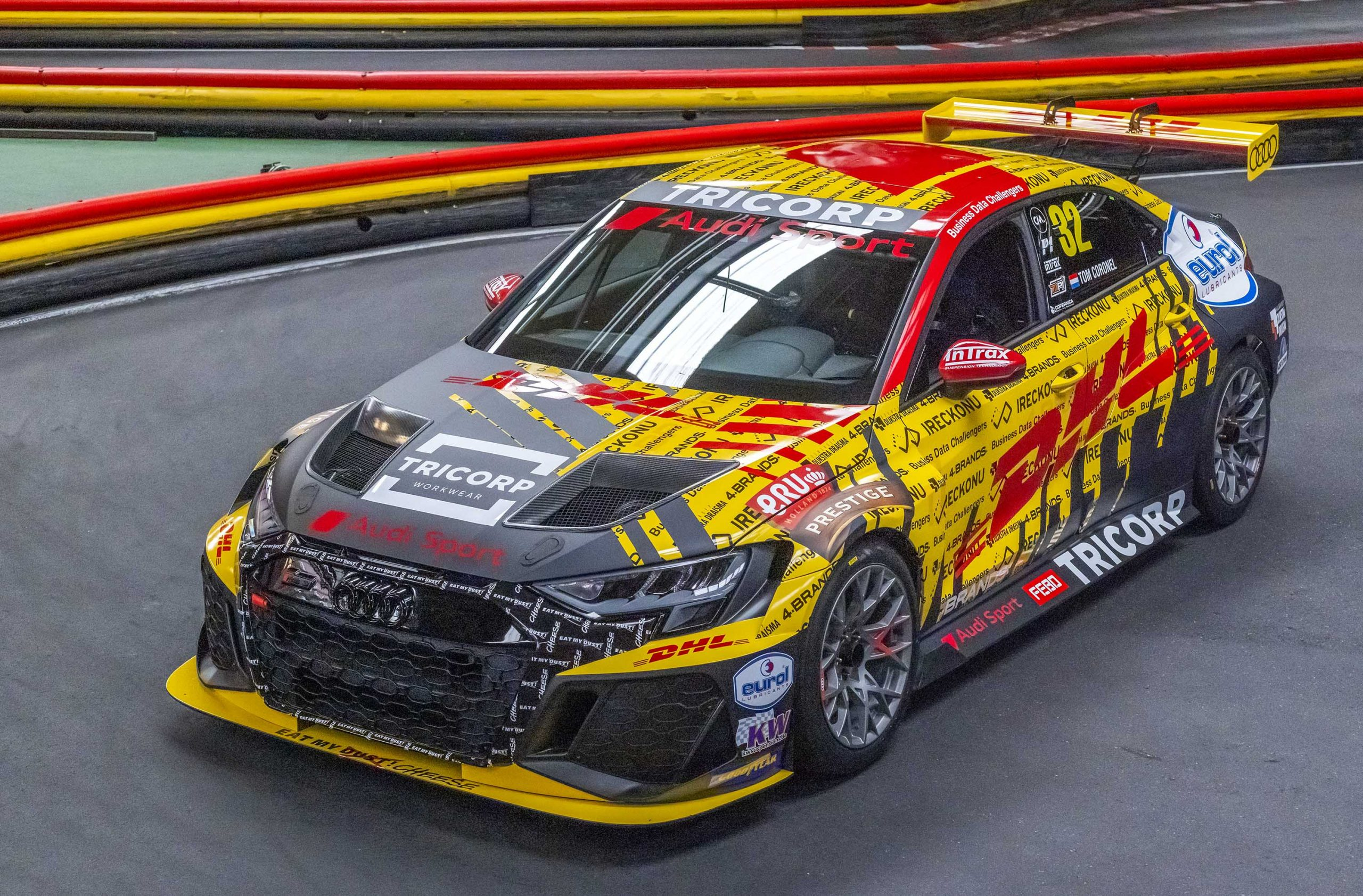 Tom Coronel 2021-es autóját is megmutatta.<br />Fotó: FIA WTCR Media