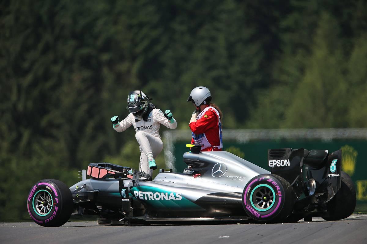 F1 - ROSBERG AUTÓJÁBAN IS VÁLTÓT KELL CSERÉLNI, ÖTHELYES RAJTBÜNTETÉST KAP!