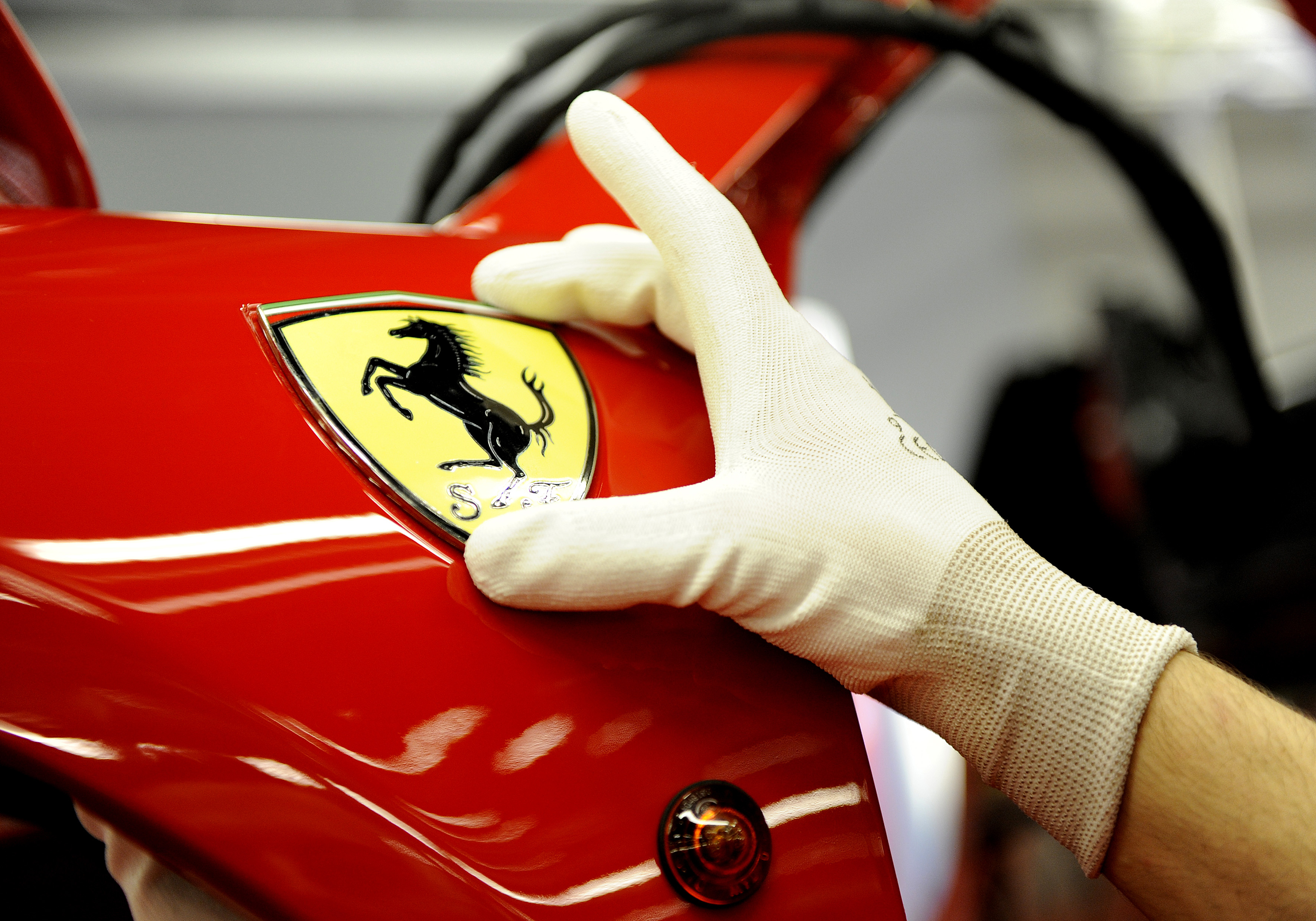 F1: Bezárt a Ferrari, versenyprogramját is felfüggesztette