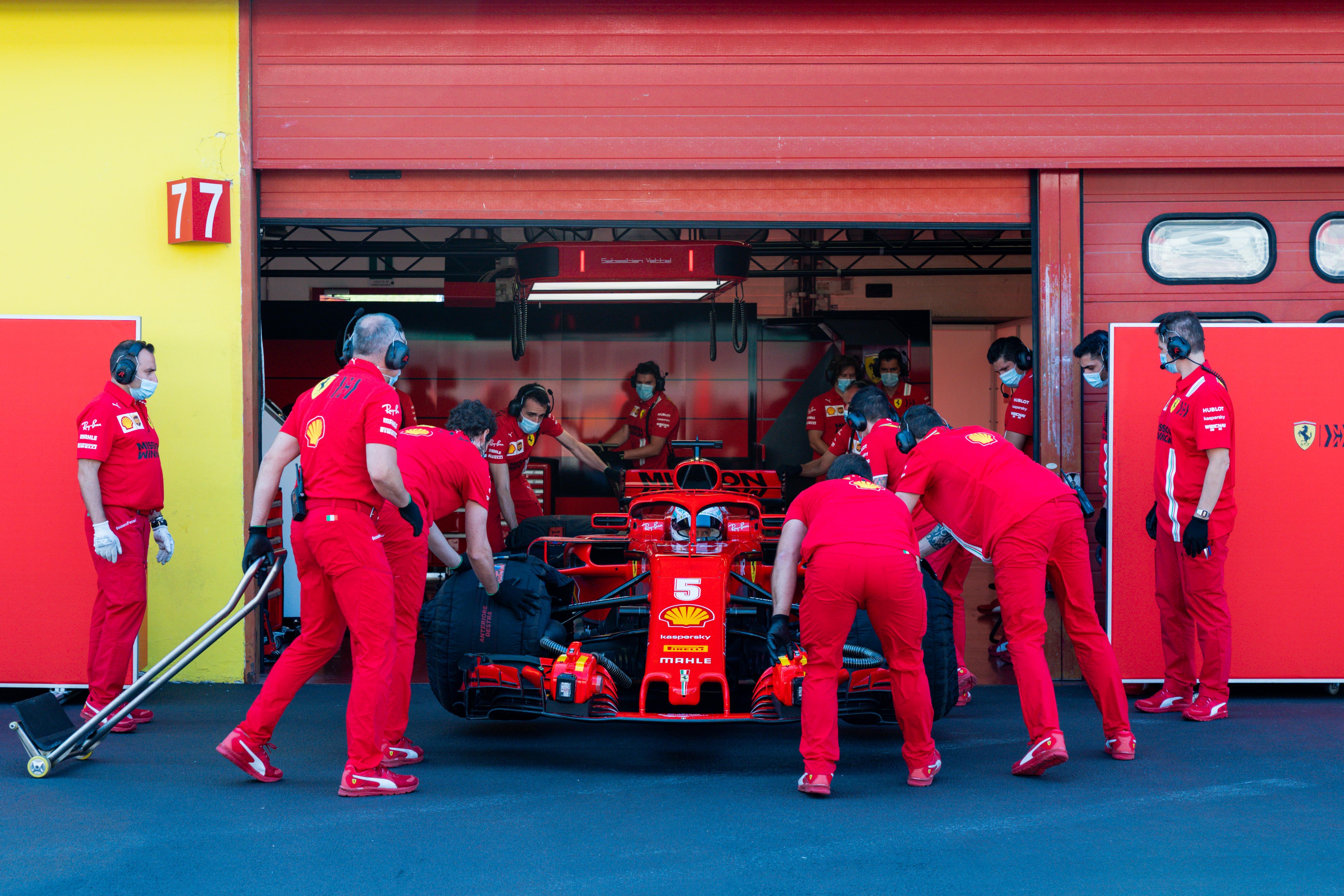 A maszkviselés jelenti a legnagyobb kihívást az F1-es csapatoknak
