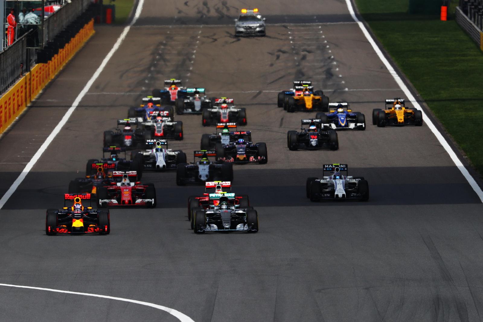 F1 - ÚJABB 6 KILÓT HÍZNAK A 2017-ES AUTÓK!