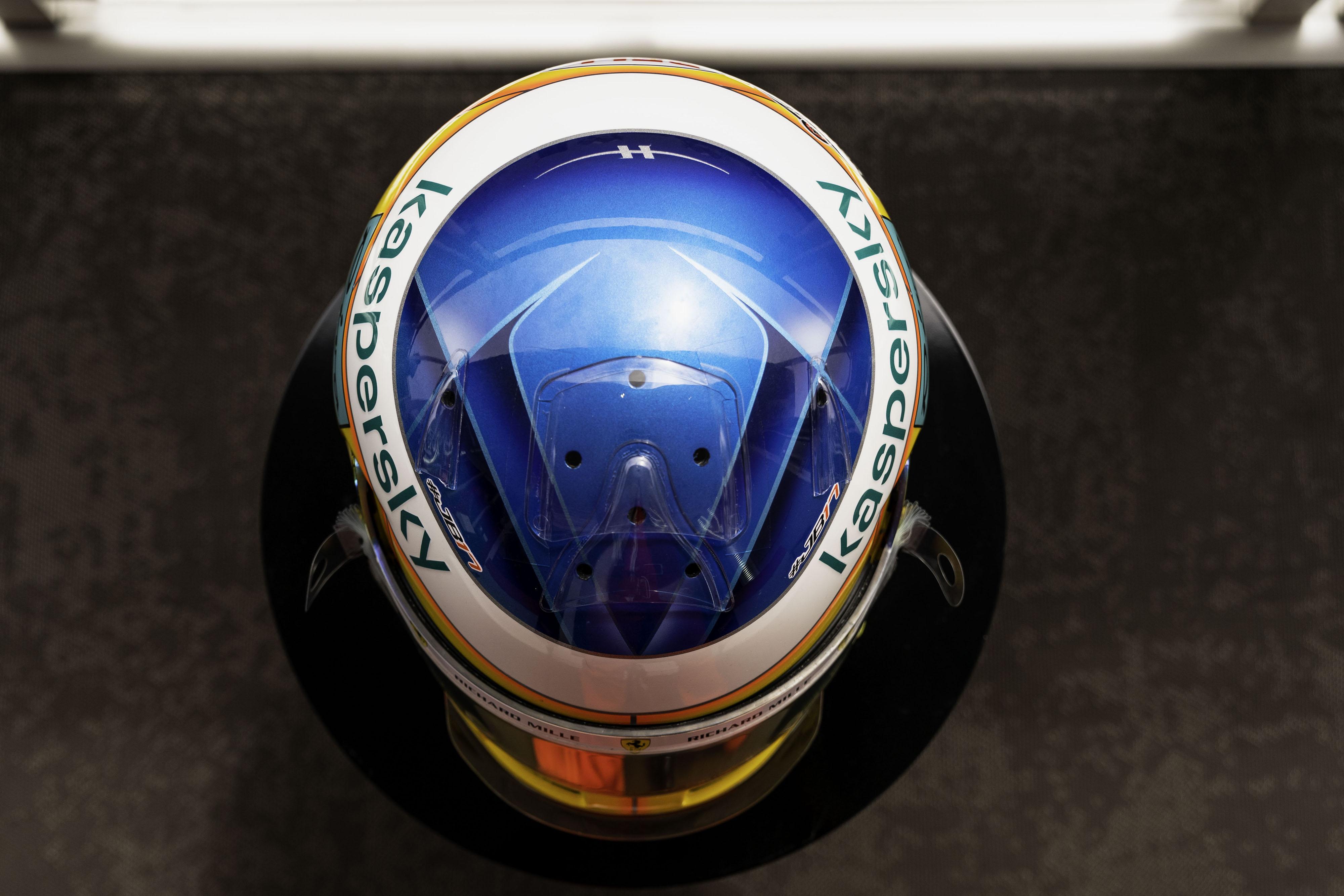Charles Leclerc régi-új sisakfestéssel áll rajthoz a Francia Nagydíjon.<br />Fotó: Scuderia Ferrari Press Office