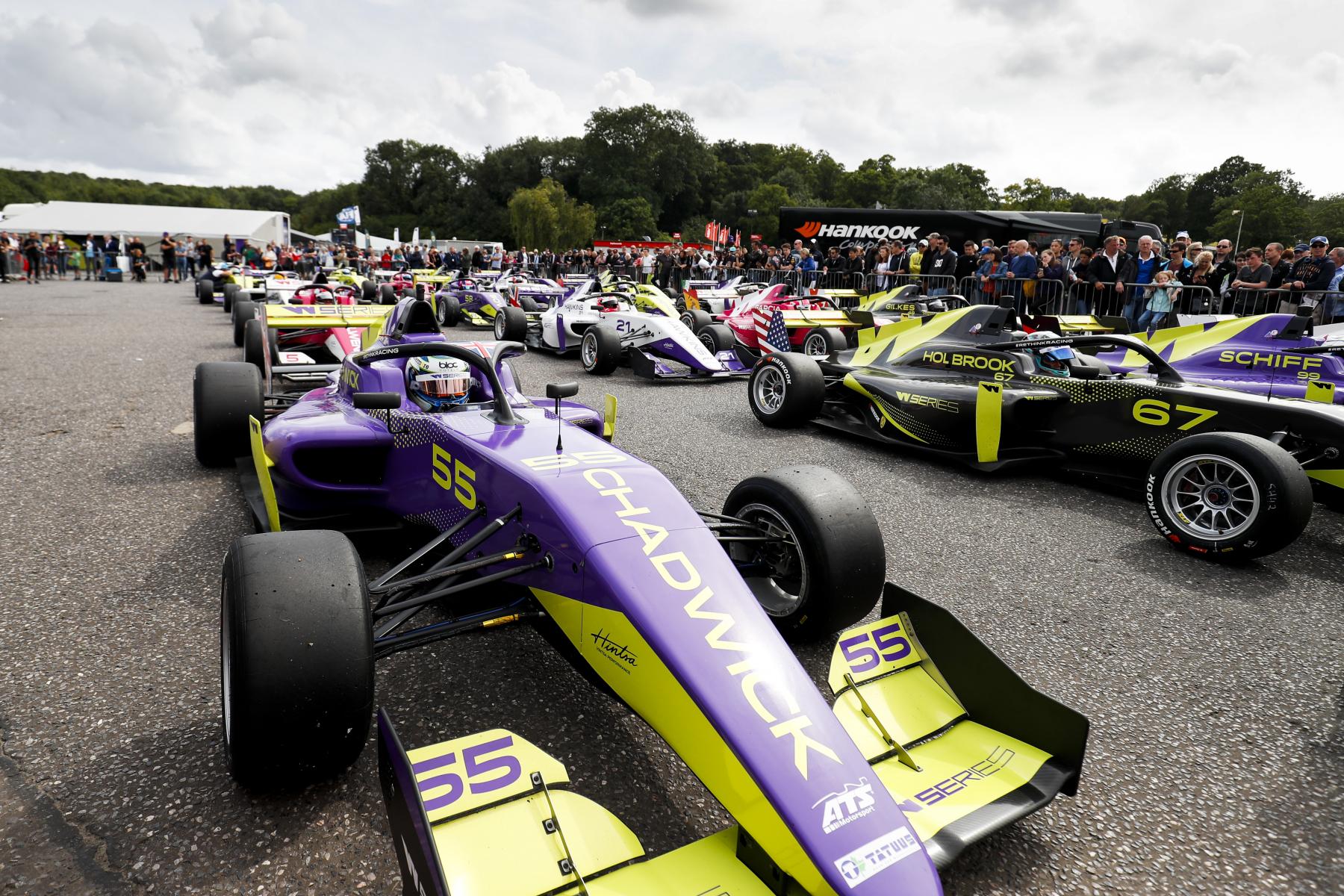 F1: A következő női Forma-1-es pilótának meg kell szorongatnia Hamiltonékat
