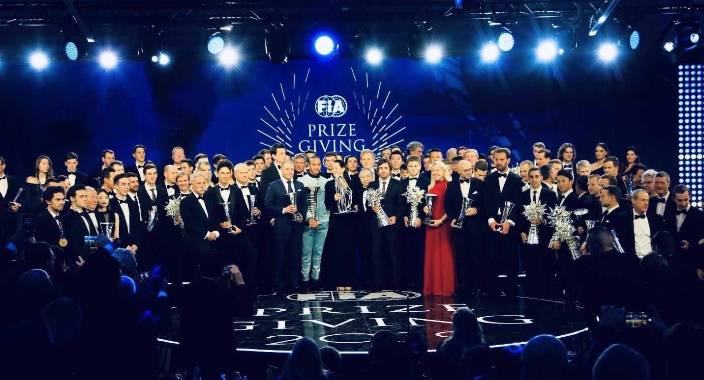 Hivatalosan is Hamilton 2019 bajnoka, díjat kapott Lauda, Verstappen és Albon is
