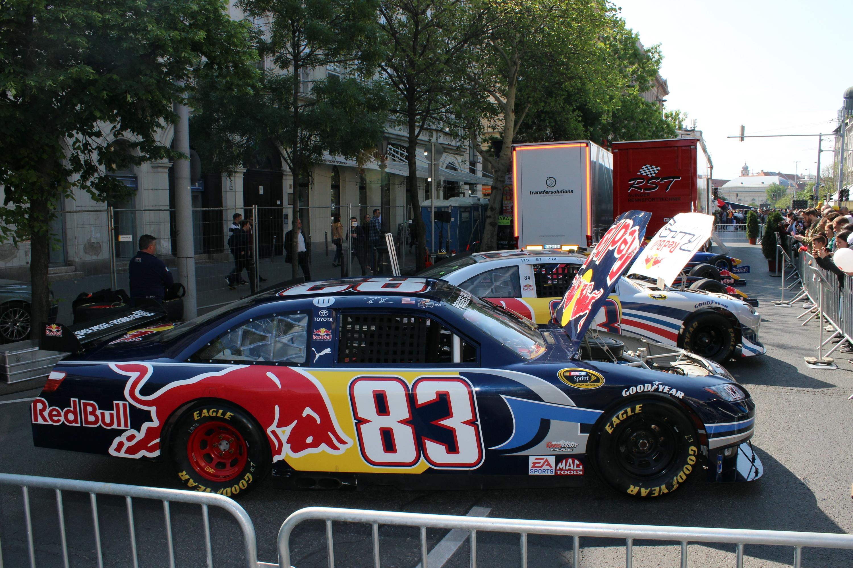 Egy szelet Amerika: két NASCAR-gép is a nézők szórakoztatását szolgálta.<br />Fotó: Kováts Olivér