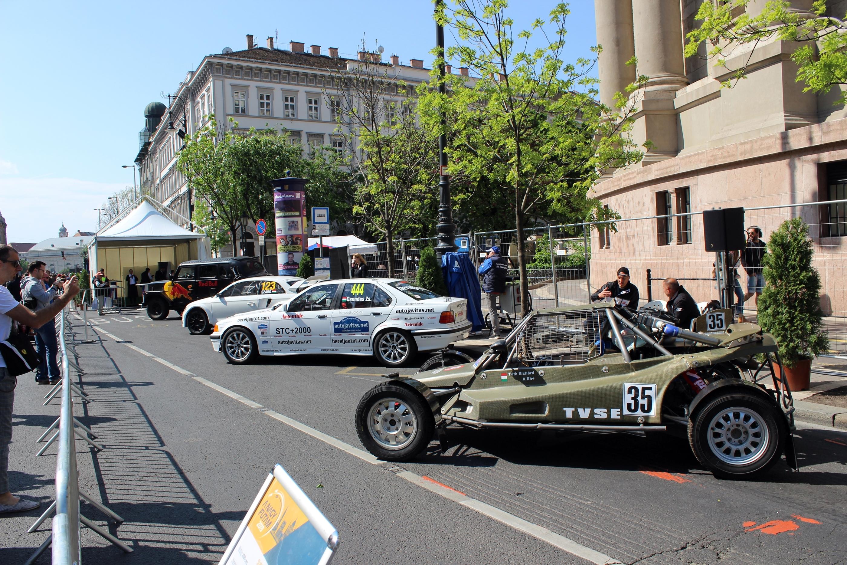 A nagy szöcske, a háttérben pedig egy ralis BMW és Szabó Krisztián Audija.<br />Fotó: Kováts Olivér