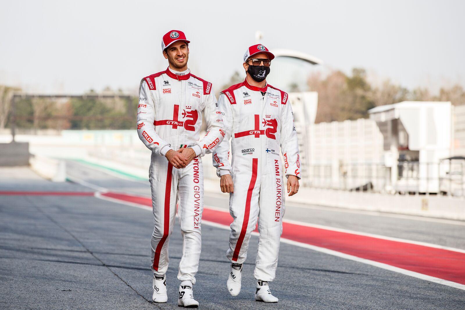 Az állandó pilóták is jelen voltak Barcelonában, ám sem Antonio Giovinazzi, sem Kimi Räikkönen nem vezethette az új autót. Nekik az előszezoni tesztig várniuk kell.<br /><br />Fotó:Xavi Bonilla / DPPI (Alfa Romeo Racing Media)<br /><br />