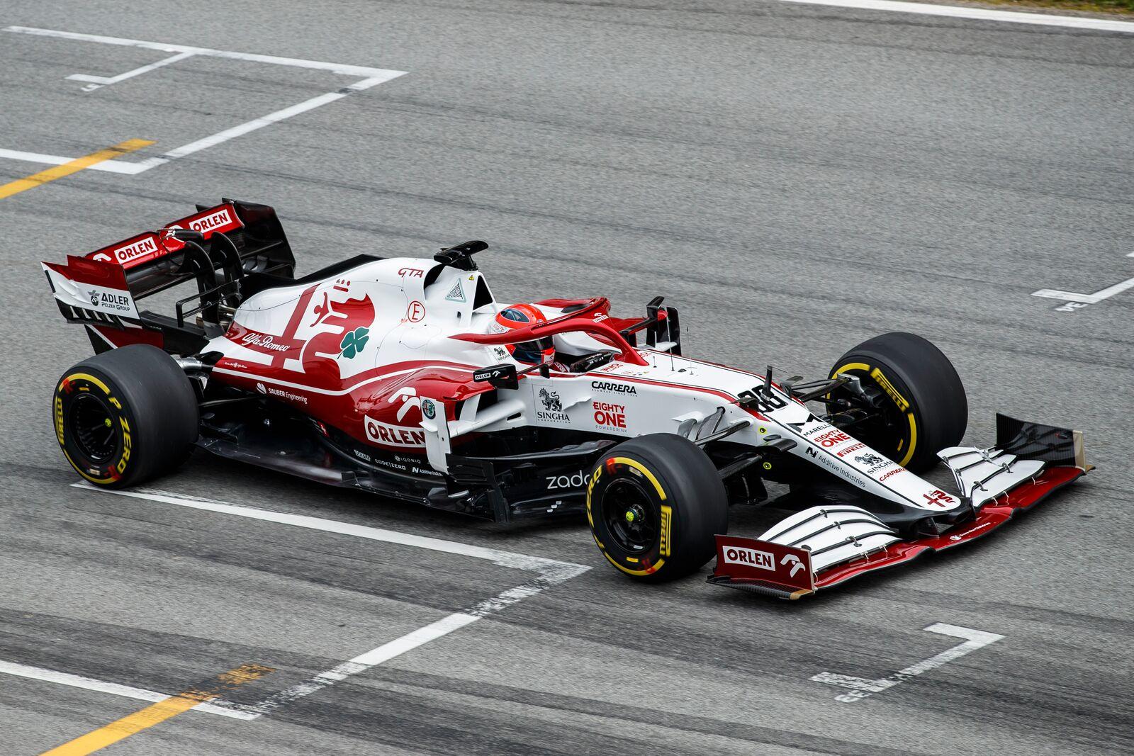 Így suhan el Kubica a barcelonai célegyenesben az új Alfával.<br /><br />Fotó:Xavi Bonilla / DPPI (Alfa Romeo Racing Media)<br /><br />