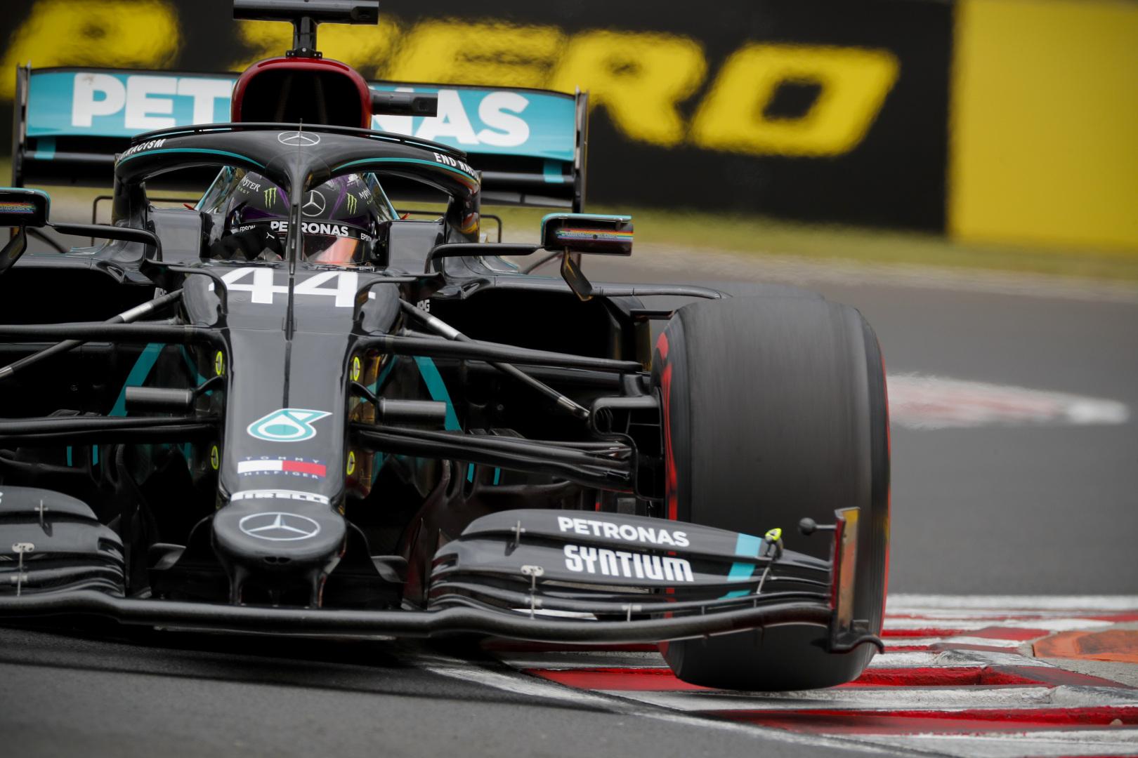 F1: Kicsinálta a mezőnyt a Mercedes, Hamiltoné a pole a Magyar Nagydíjon