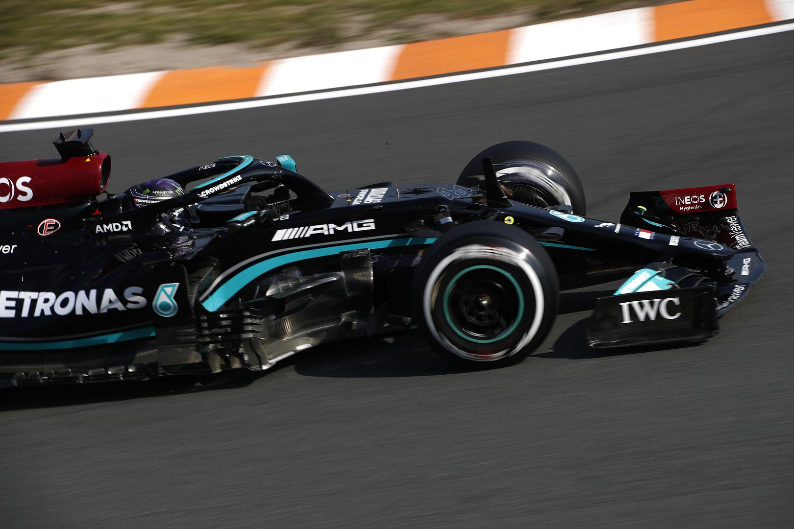 F1: Fél órán át állt az első edzés, Hamilton kezdett az élen
