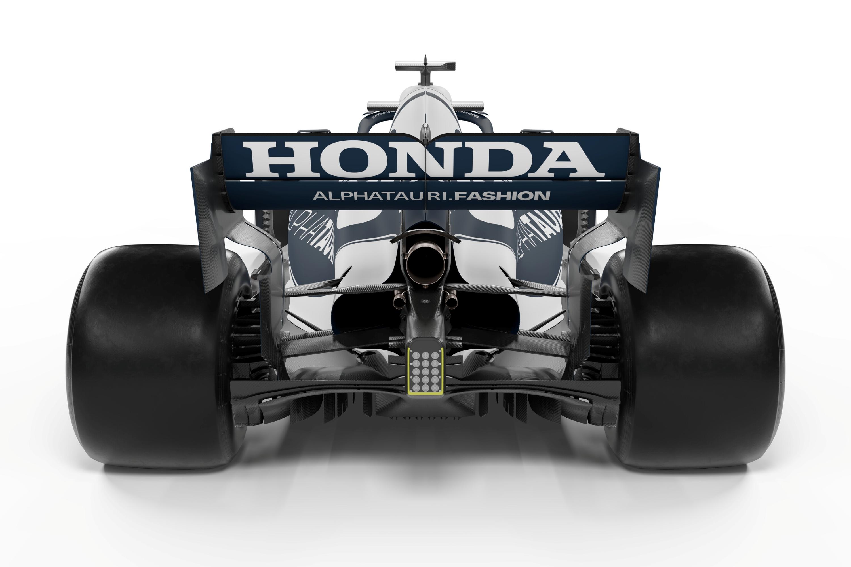 Idén még óriási Honda-feliratot láthatunk hátul – jövőre azonban már másképp lesz: a japán gyártó kihátrál, a motorfejlesztések befagyasztása pedig lehetővé teszi, hogy a Red Bull – mindkét csapata esetében – házon belül vigye tovább az erőforrást.<br /><br />Fotó:Scuderia AlphaTauri / Red Bull Content Pool<br /><br />