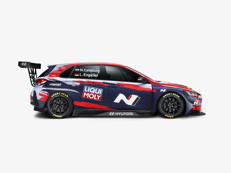 Nick Catsburg és Luca Engstler, vagyis az Engstler Hyundai N Liqui Moly Racing Team autóinak idei festése.<br /><br />Fotó: Hyundai Motorsport Press