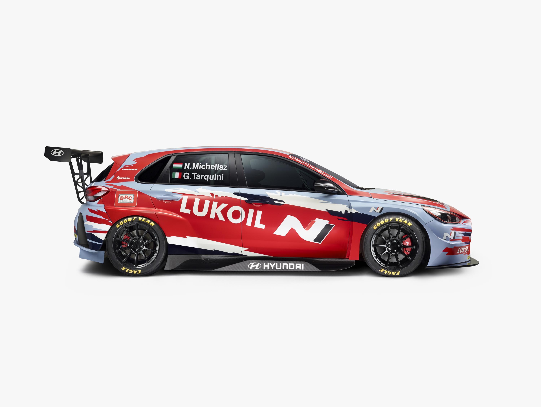 Michelisz Norbert és Gabriele Tarquini, vagyis a BRC Hyundai N LUKOIL Squadra Corse autóinak idei festése.<br /><br />Fotó: Hyundai Motorsport Press