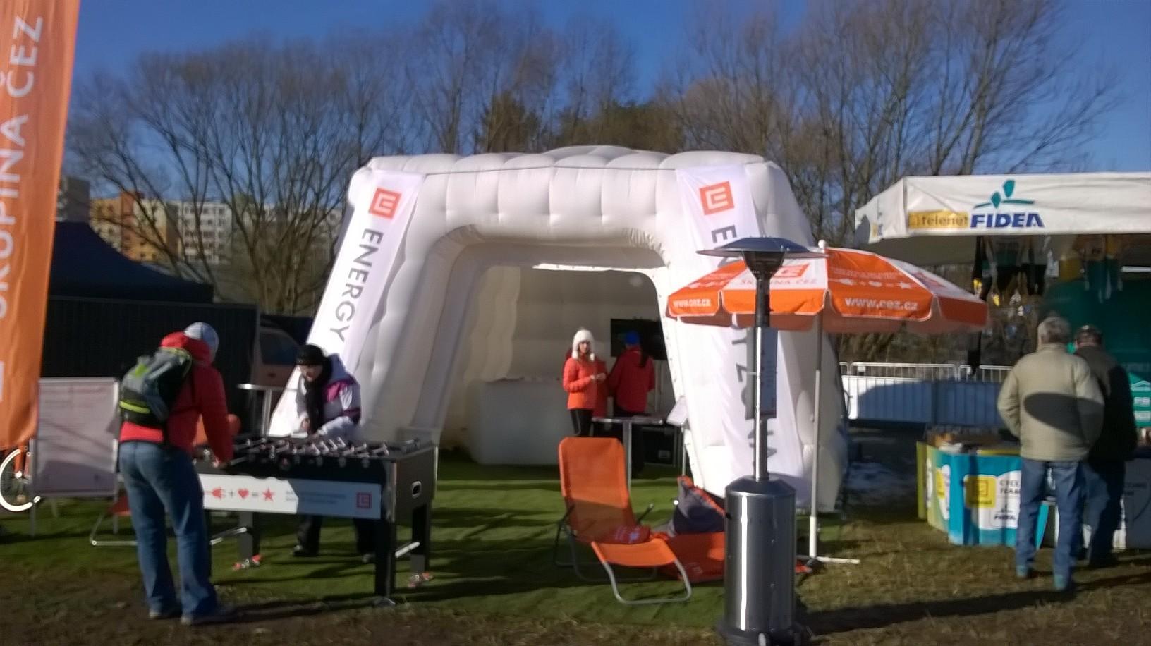 Itt is egy praktikus felfújható sátor