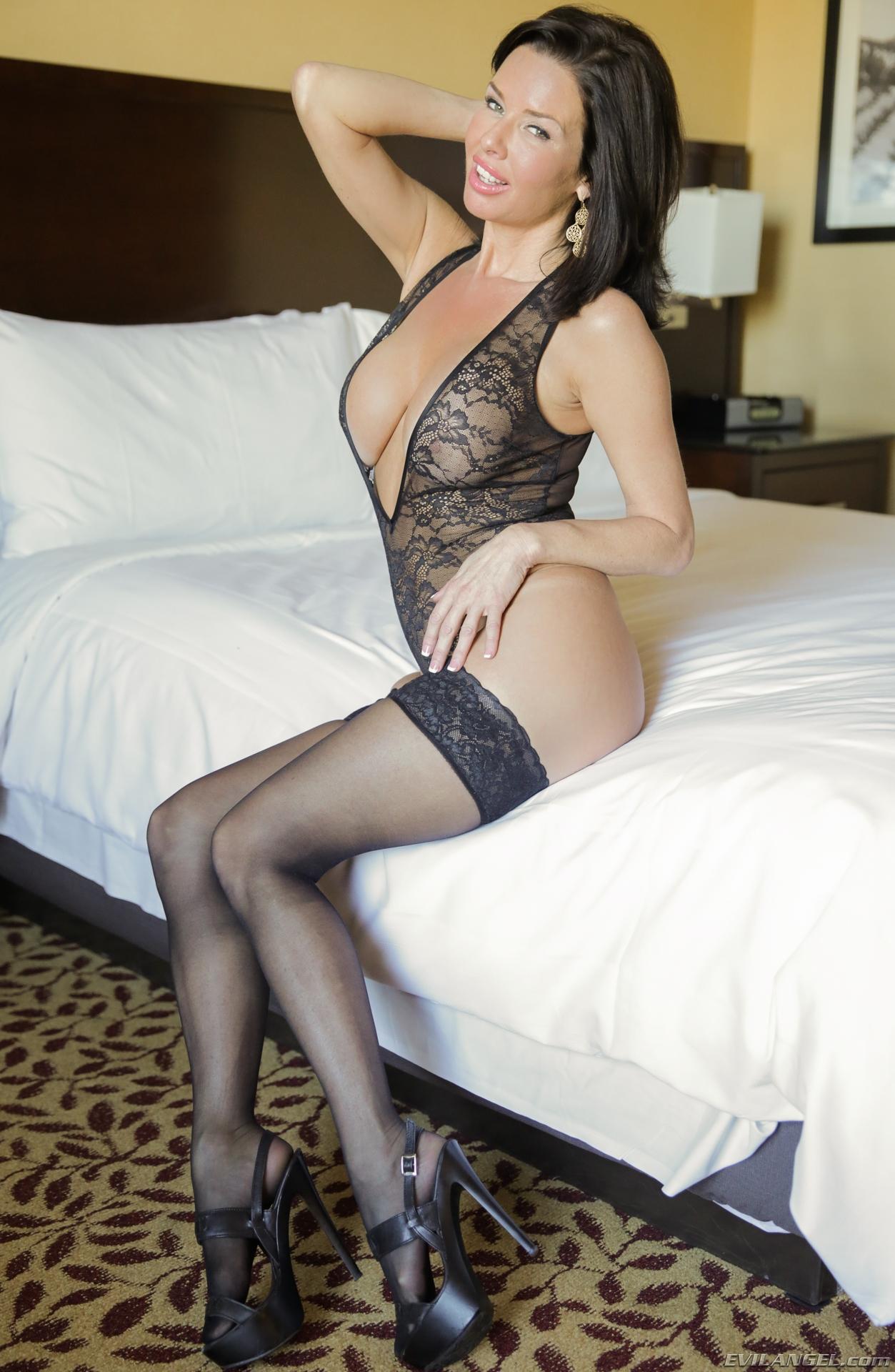 shaved-busty-brunette-veronica-avluv-wearing-platform-high-heels-7.jpg