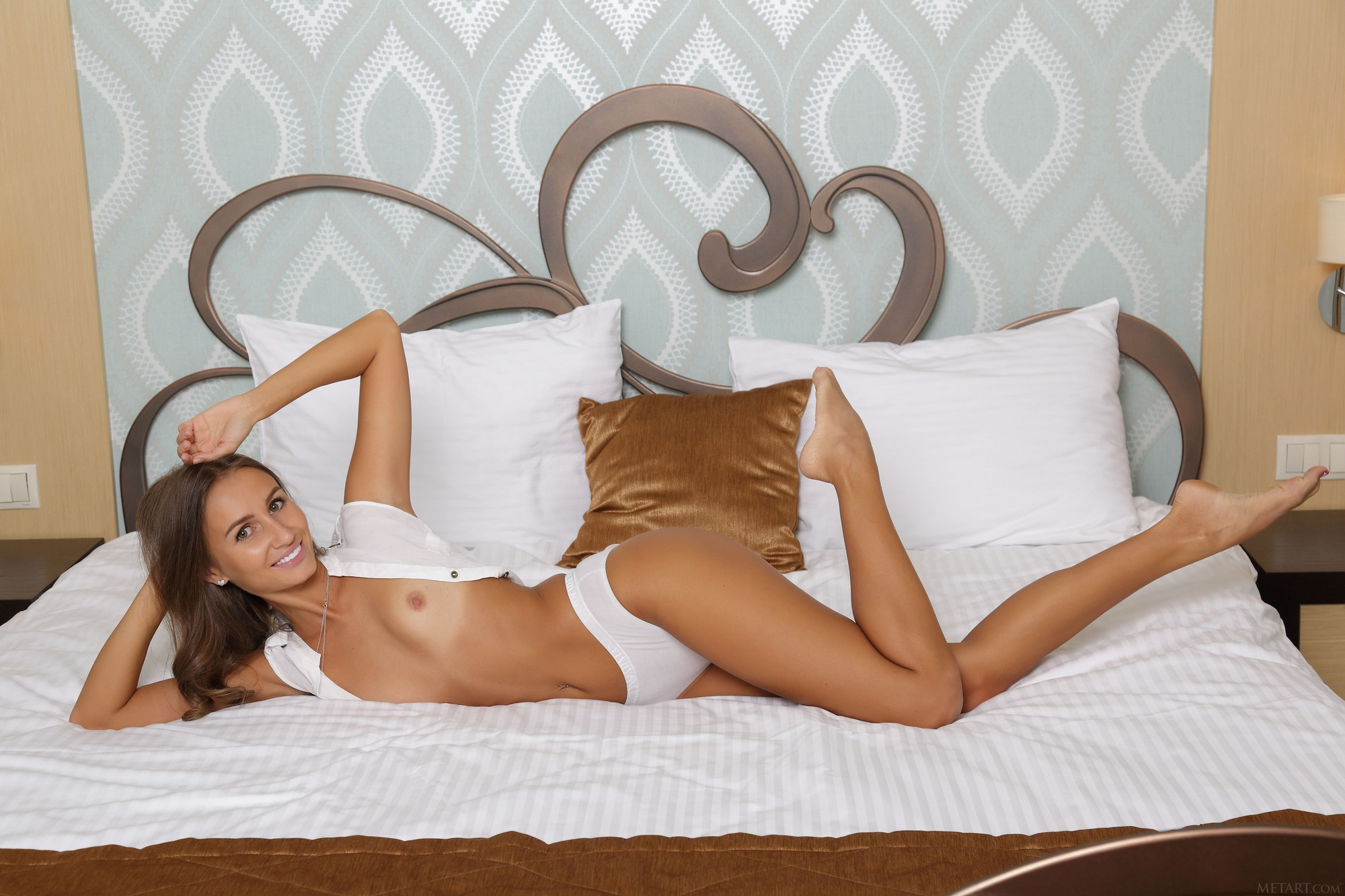 shaved-pretty-brunette-sandy-a-with-small-tits-from-met-art-in-bed-10.jpg