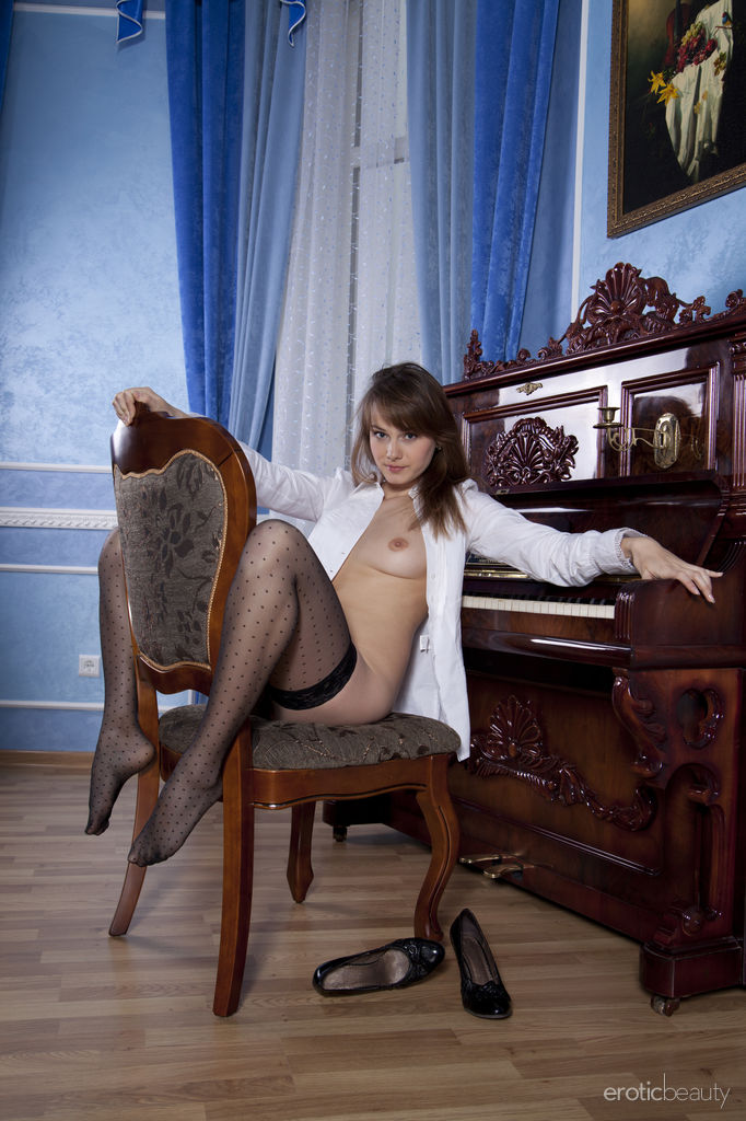 brunette-mariara-flashes-her-pink-pussy-in-sexy-stockings-02.jpg