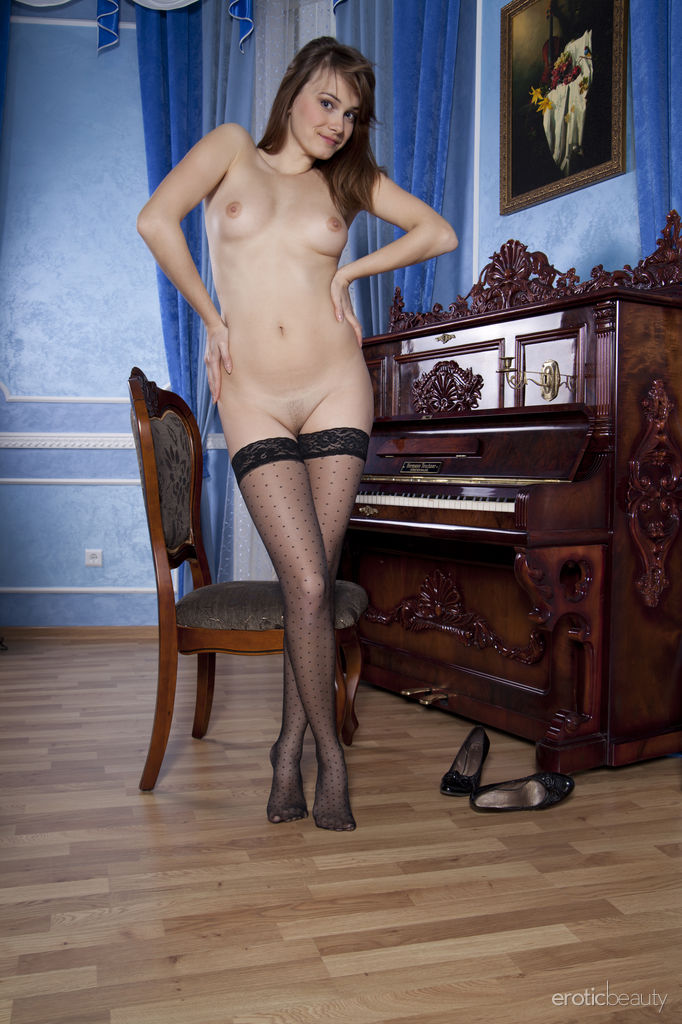 brunette-mariara-flashes-her-pink-pussy-in-sexy-stockings-12.jpg