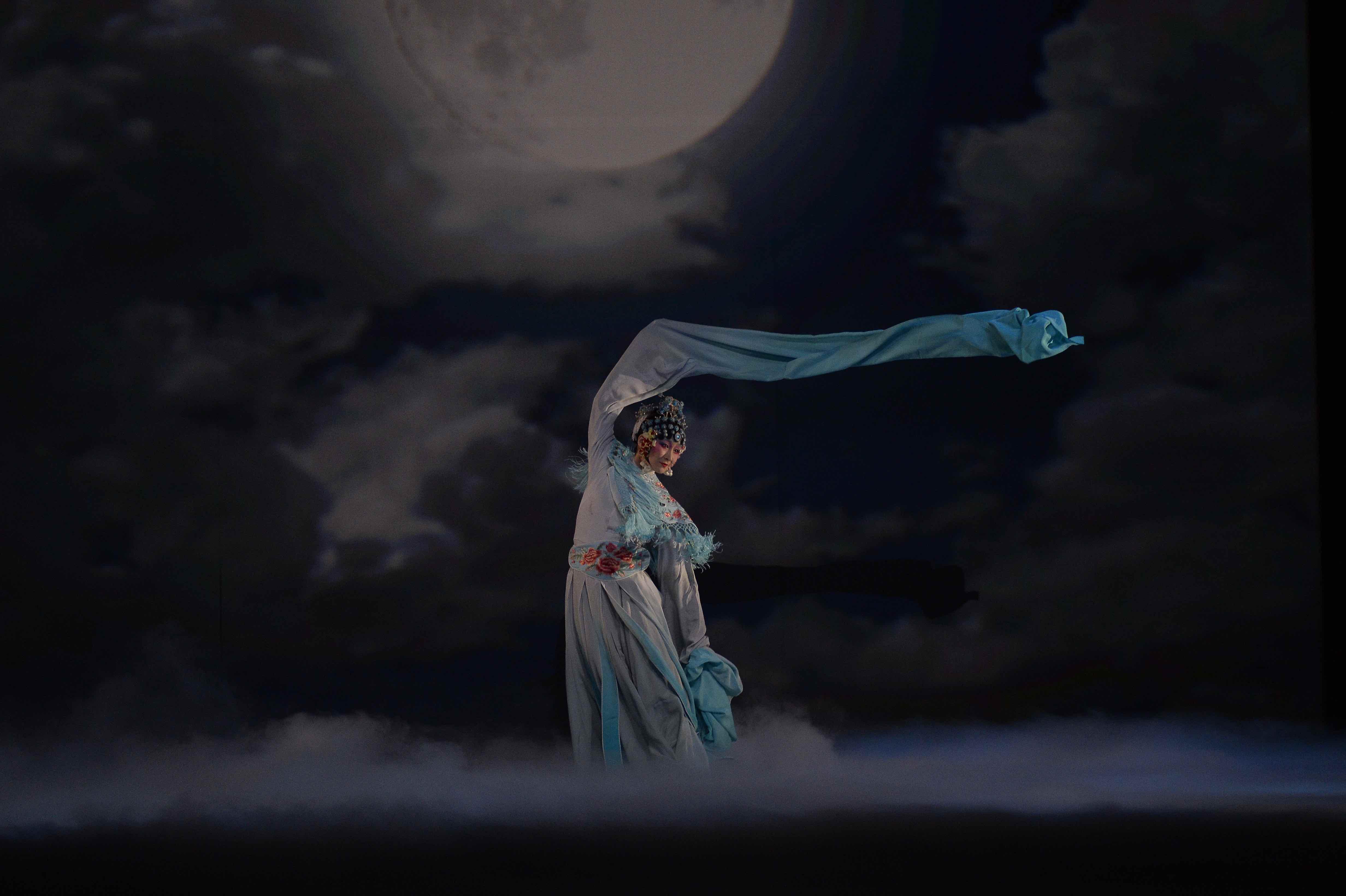 16_04_18_19_the_moon_opera_c_wang_ning_002.jpg