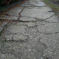 Rossz a járda a házad előtt? Most olcsón megépíti az önkormányzat