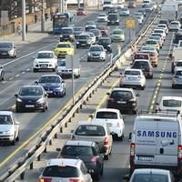 Üljünk át tömegközlekedésre! Kell a hely az áthaladó autós forgalomnak...?