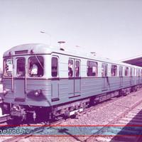 Metrószerelvény indul az Örs Vezér teréről a 70-es évek közepén.