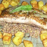 Provence-i fűszerekkel és fokhagymával pácolt busafilé pirított burgonyával és lencsesalátával