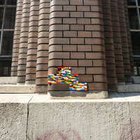 Valaki legóval pótolta ki a sérült tégla burkolatot - Lego Dispatchwork a Vas utcában