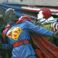 Amerikai szuperhősökre festette át valaki a Szovjet emlékművet Szófiában