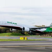 Boeing 777-el erősít Bécsben az EVA Air.