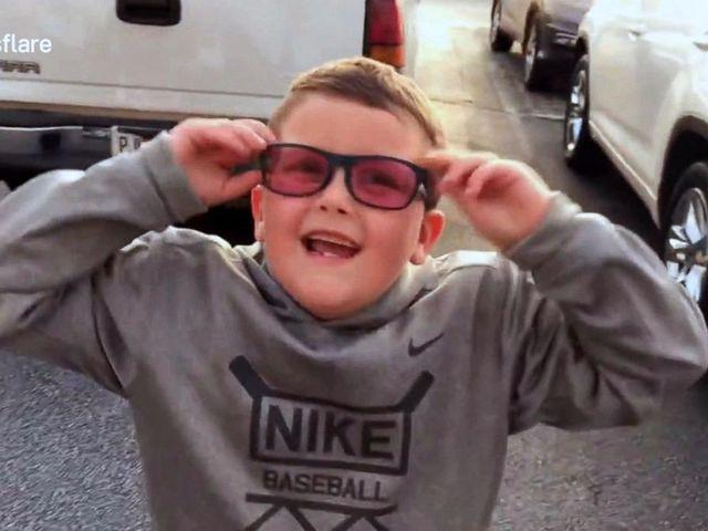 Egy hatéves kisfiú végre láthatja a színeket - EnChroma szemüveg.