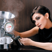 Bőr és Swarovski az aranyozott kávéfőzőn