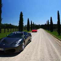 Több milliós luxusutak Vespa robogóval és Ferrari kabrióval