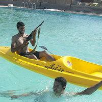Moët-vel és AK47-essel lazítanak az ifjabbik Kadhafinál