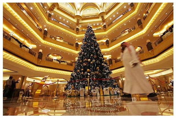 Hogy kerül egy 2,3 milliárdos karácsonyfa a sivatagba?