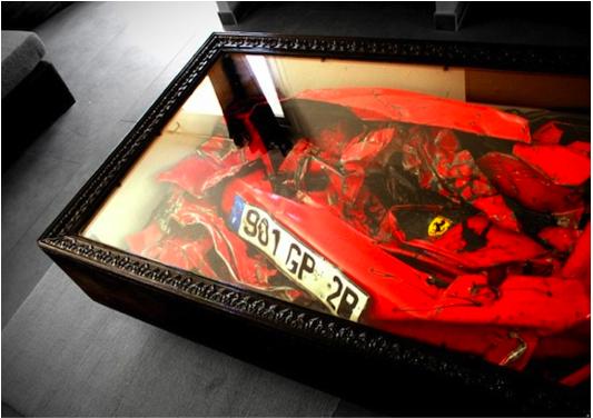 Kockára préselt törött Ferrari, mint lakberendezési tárgy