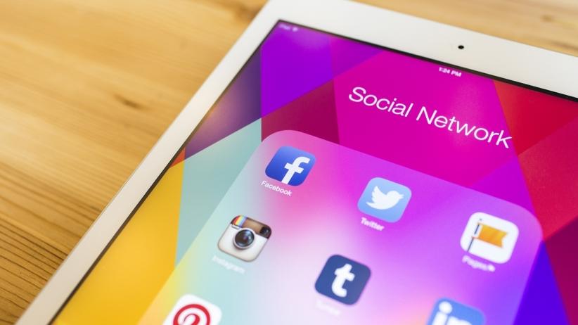 20150810165227-ipad-social-media-facebook-instagram.jpeg
