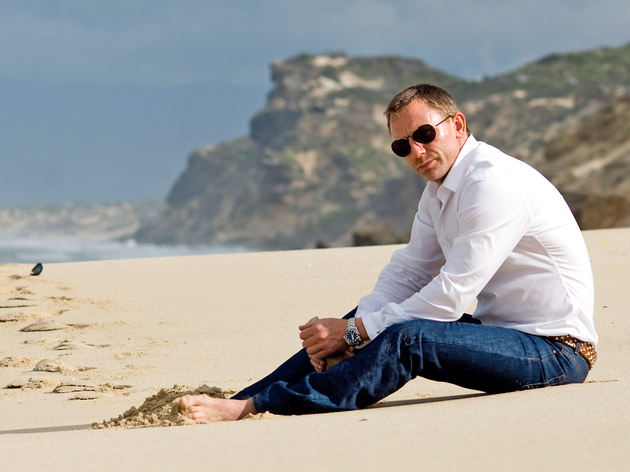 daniel-craig-white-shirt-blue-jeans-on-beach-wallpaper20.jpg