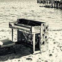 Zongora a Tisza parton