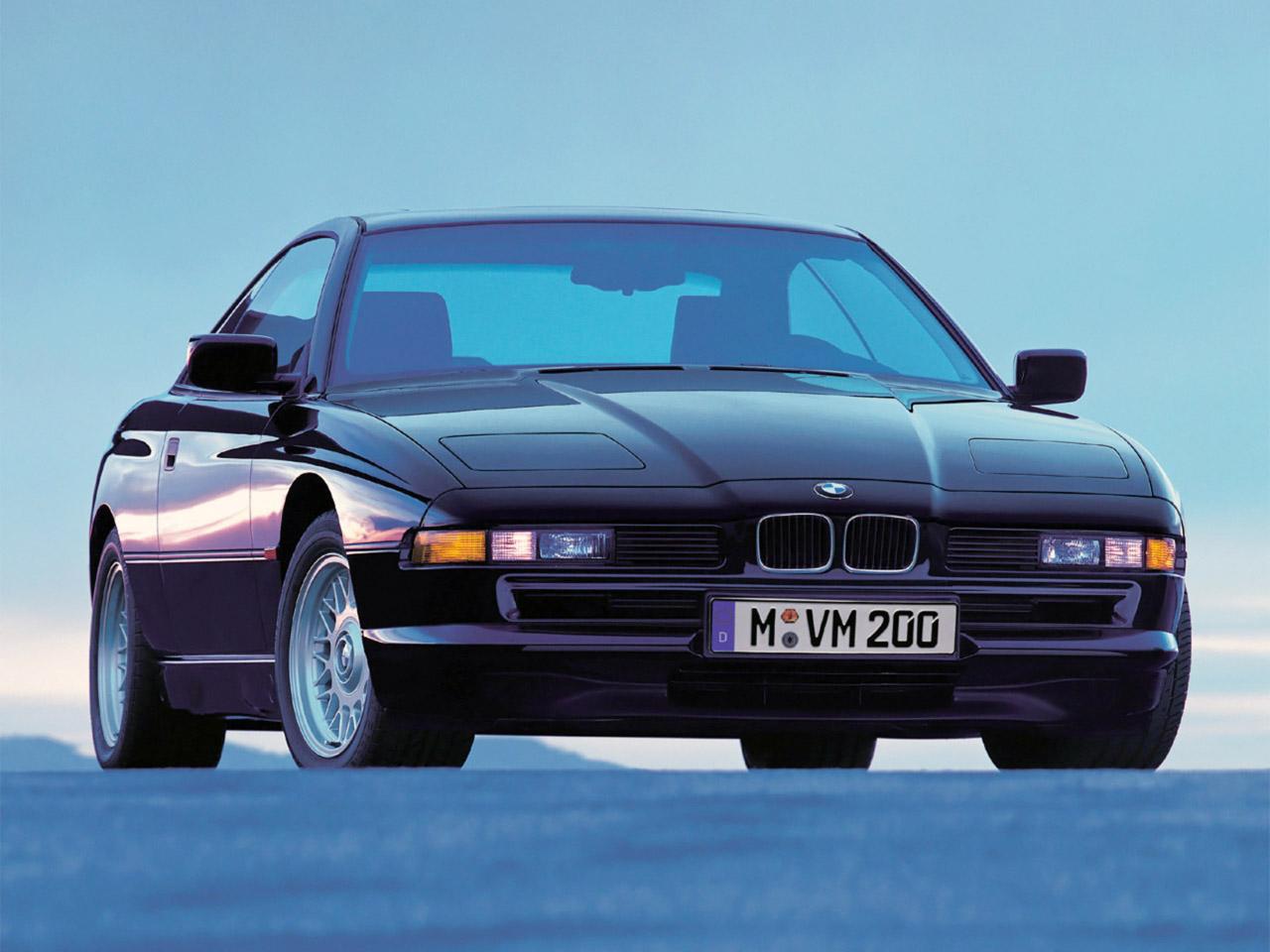 Az 1989-ben beköszönt nyolcas szériával egyértelműen a túltolásra játszottak: 4 literes V8 volt legkisebb kapható motor, de inkább illett V12-vel rendelni.